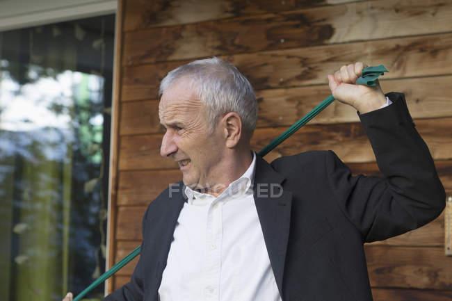 Homme d'affaires senior étirant le textile — Photo de stock