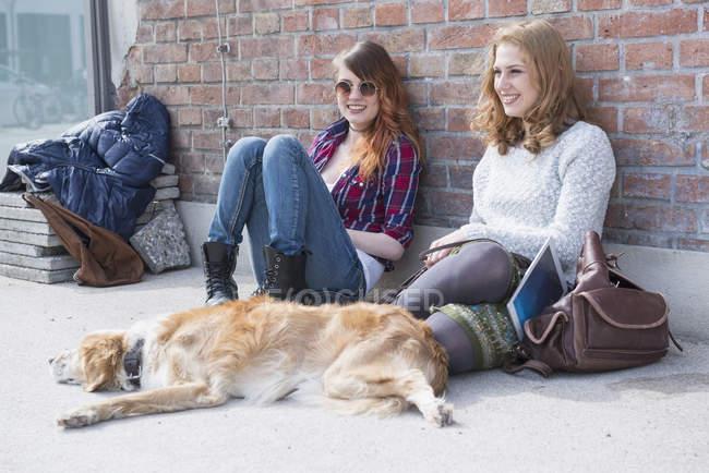 Zwei Freunde mit Hund — Stockfoto