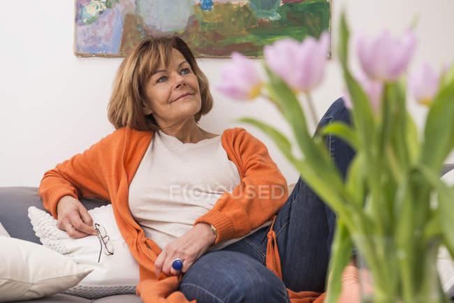 Donna anziana sognare ad occhi aperti — Foto stock