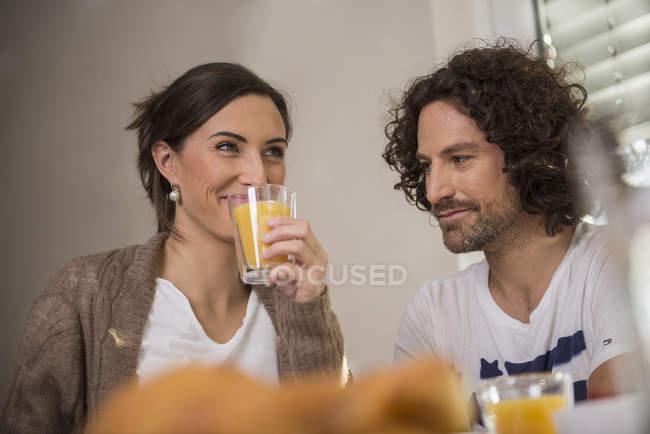 Женщина, пьющая сок — стоковое фото