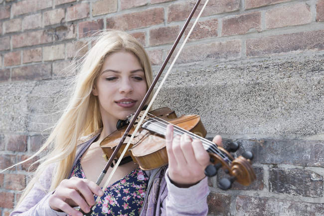 Teenage girl playing violin — Stock Photo