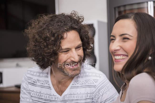 Пара посміхаючись у вітальні — стокове фото