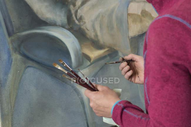 Malerin hält Pinsel in der Hand — Stockfoto