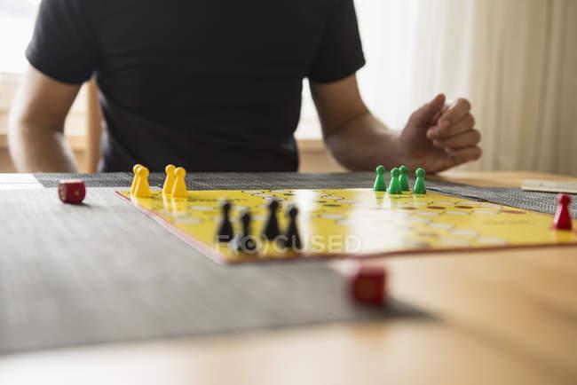 Человек играет в настольную игру — стоковое фото