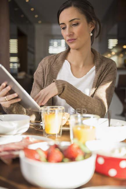 Женщина с помощью цифрового планшета — стоковое фото