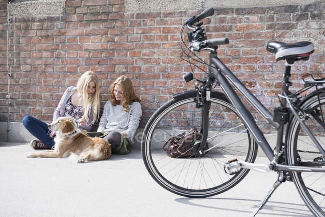 Deux femmes assises sur le sol — Photo de stock