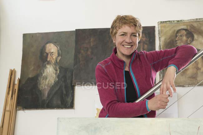 Porträt einer Künstlerin in ihrem Atelier — Stockfoto