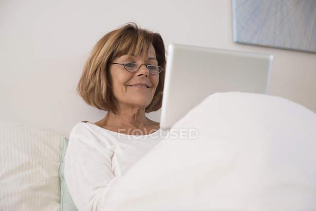Старшие женщины с помощью цифрового планшета — стоковое фото