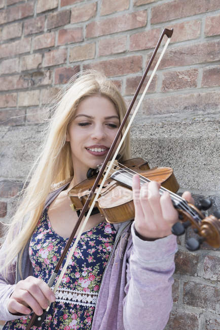 Caucasian teenage girl playing violin — Stock Photo