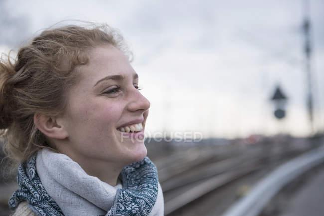 Молода жінка посміхається — стокове фото