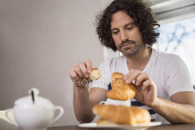 Человек, сидящий на стол завтрак — стоковое фото