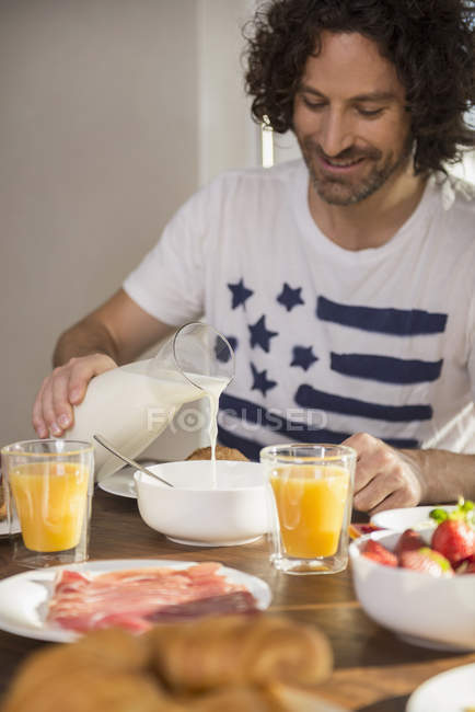 Mann frühstückt am Esstisch — Stockfoto