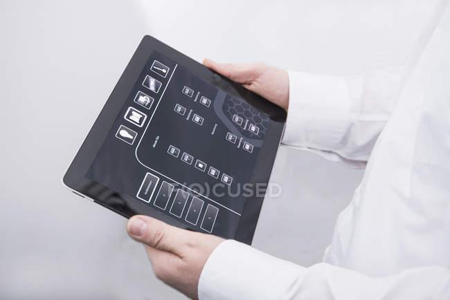 Людина, що діють цифровий планшетний в офісі — стокове фото