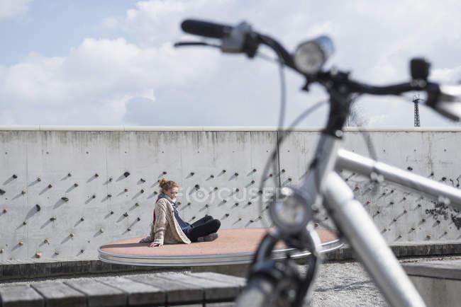 Junge Frau mit Fahrrad in Freizeitpark — Stockfoto