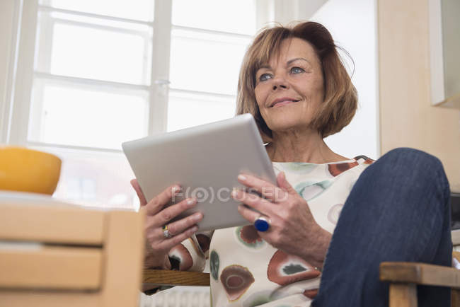 Seniorin mit digitalem Tablet — Stockfoto