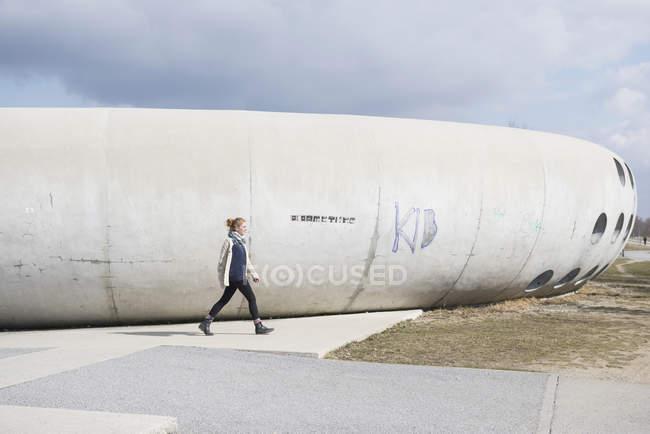 Жінка вигулює поблизу парку скейтборд — стокове фото
