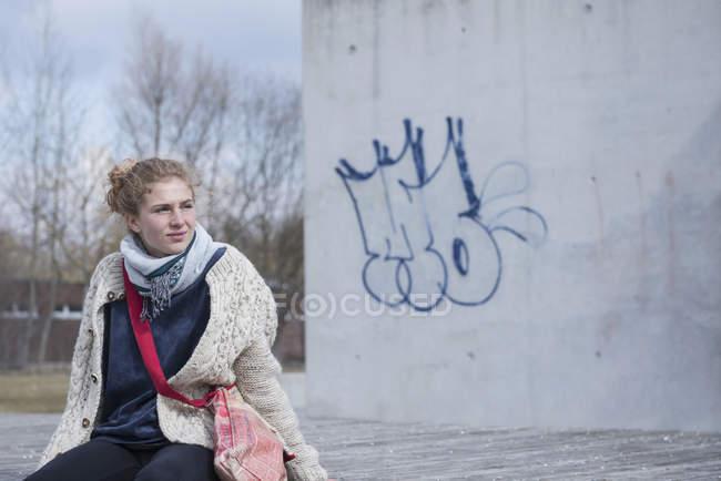 Жінка сидить на лавці і очікування — стокове фото