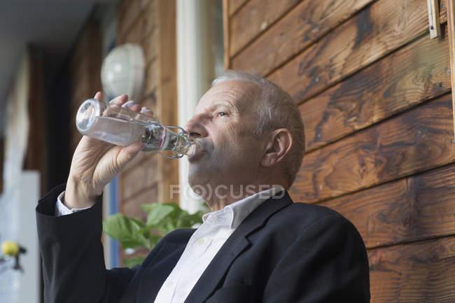 Homme d'affaires senior eau potable — Photo de stock