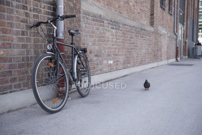 Bicicleta encostada a uma parede — Fotografia de Stock