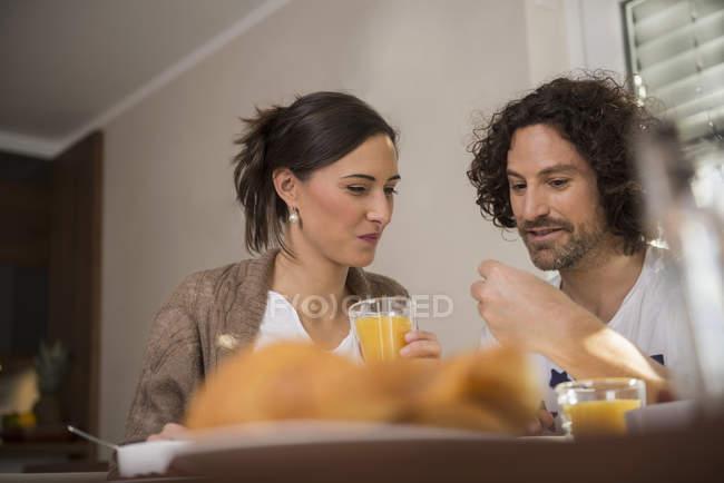 Meados casal adulto tomando café da manhã — Fotografia de Stock