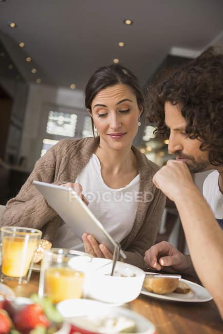 Couple utilisant une tablette numérique — Photo de stock