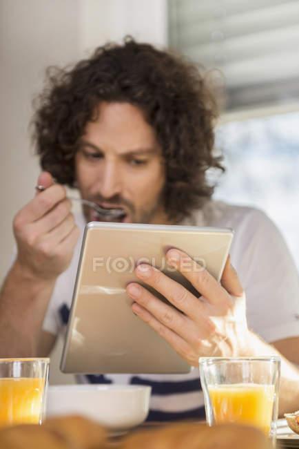Человек с помощью цифрового планшета — стоковое фото