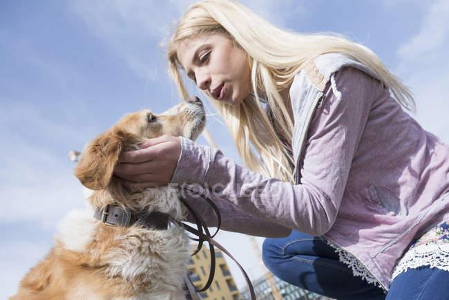 Adolescente beijando seu cão — Fotografia de Stock