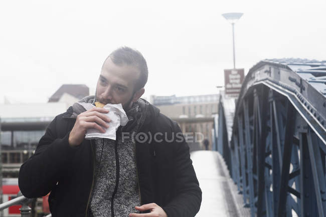 Man eating fast food — Stock Photo