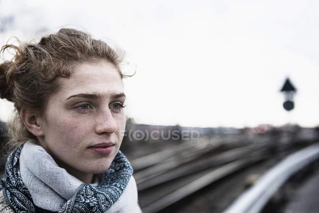 Молода жінка думає — стокове фото