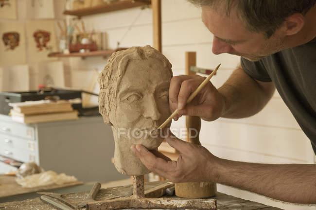 Mature man shaping model — Stock Photo