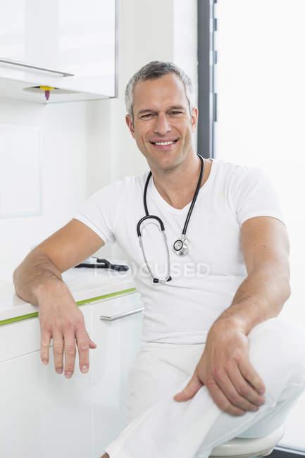 Médico masculino no hospital — Fotografia de Stock