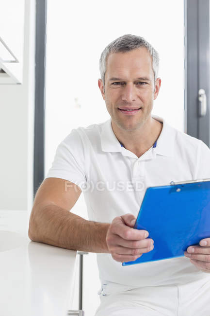 Doctor holding patient's record — Stock Photo