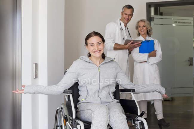 Пацієнтки в інвалідному візку — стокове фото