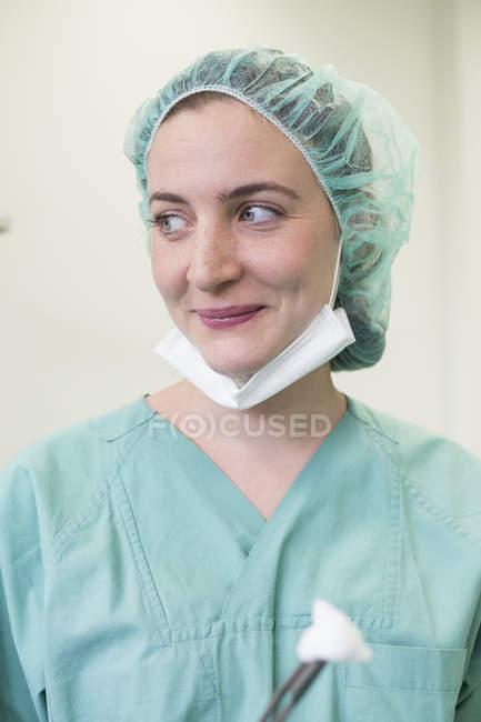 Cirurgiã na roupa estéril — Fotografia de Stock