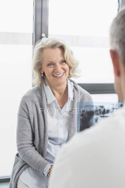 Обговорюючи лікування з пацієнтом лікар — стокове фото