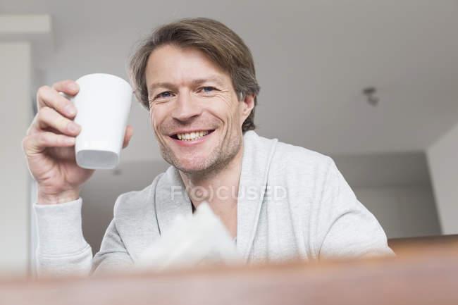 Зрілі чоловік тримає чашки кави — стокове фото