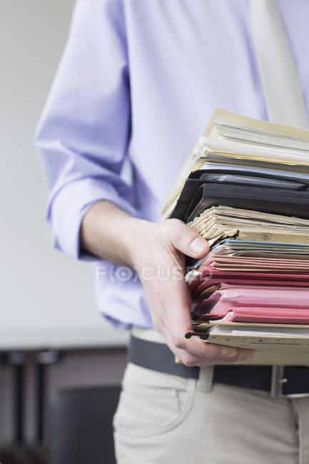 Бізнесмен холдингу стек файлів — стокове фото