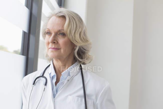 Doctora senior - foto de stock