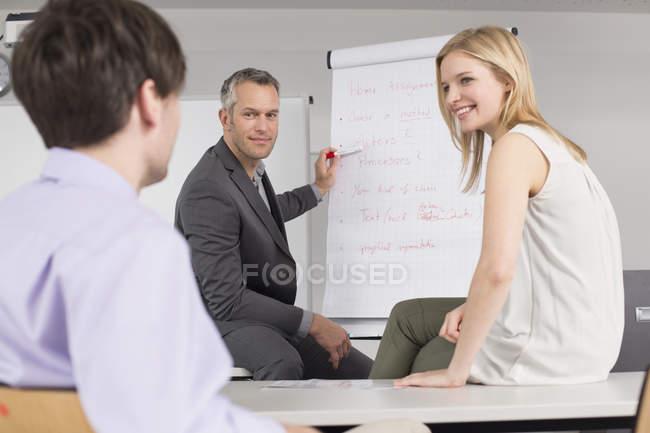 Деловые люди, имеющие совещание — стоковое фото