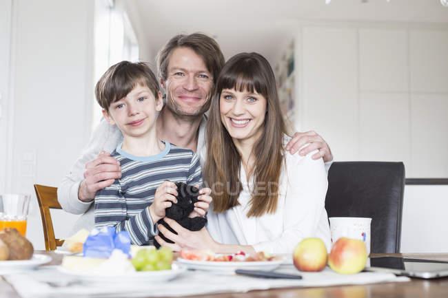Сім'я нудистів сніданком — стокове фото