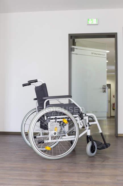 Fauteuil roulant vide à l'hôpital — Photo de stock