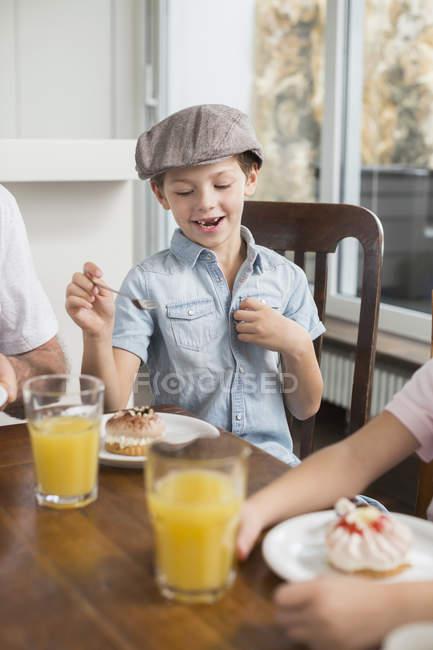 Мальчик ест торт — стоковое фото