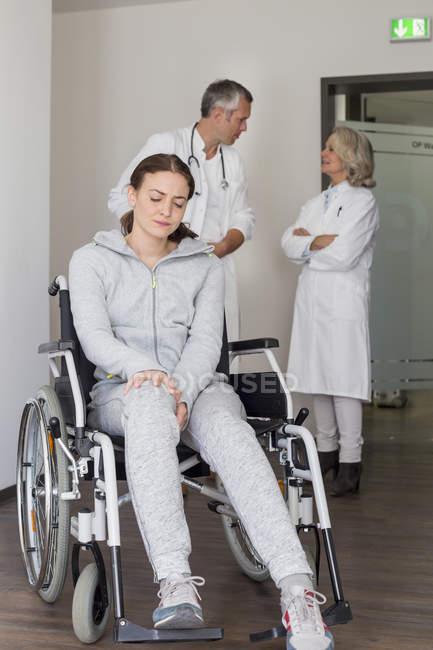 Жіночий пацієнта для сидіння в інвалідному візку — стокове фото