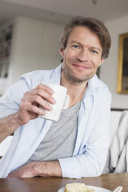 Зріла людина за кавою — стокове фото