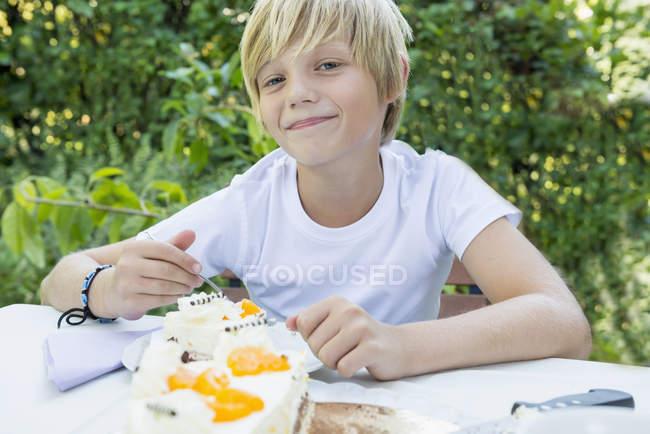 Мальчик с тортом — стоковое фото