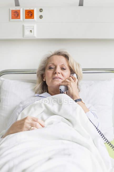 Пациент звонит с кровати — стоковое фото