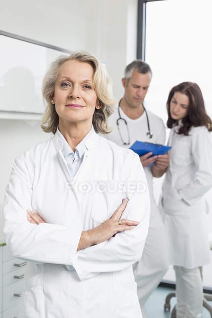 Les médecins discutent du dossier du patient — Photo de stock