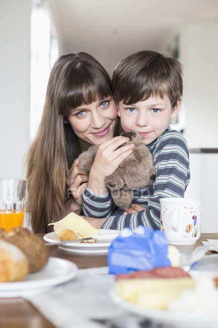 Mutter und Sohn am Frühstückstisch — Stockfoto