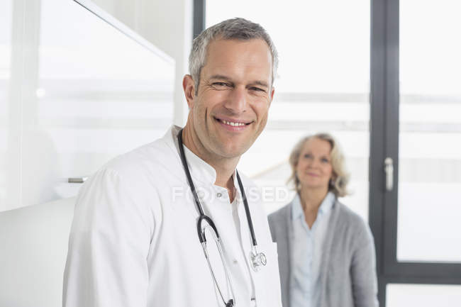 Medico e paziente in clinica — Foto stock