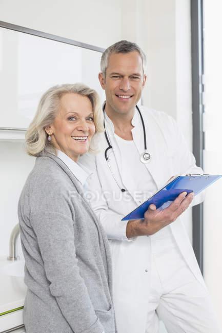 Médico discutindo tratamento com paciente — Fotografia de Stock